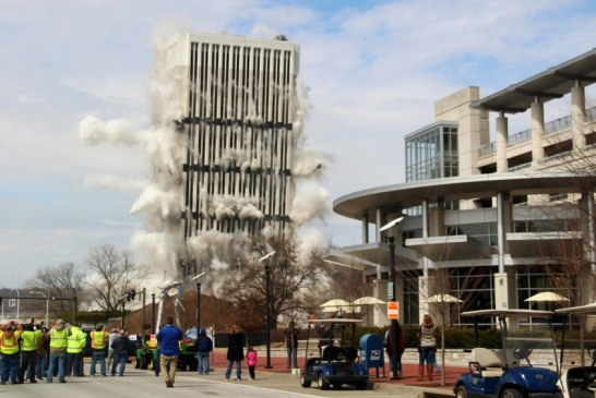 IMPLOSIÓN: EL EDIFICIO MÁS ALTO EN LA CAPITAL DE KENTUCKY DEMOLIDO